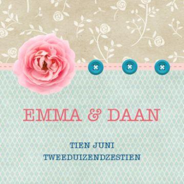 Vintage trouwkaart met beige achtergrond met rozen en daaroverheen een groen patroon. Mooie roze roos en blauwe knoopjes.