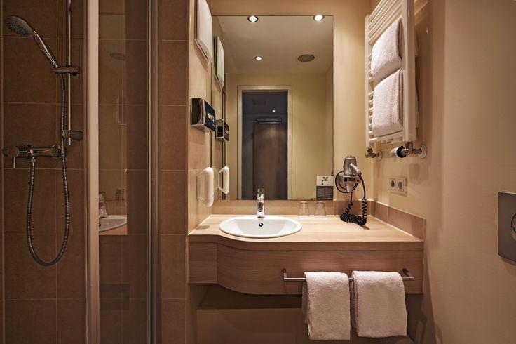 Blick in das Bad eines der Hotelzimmer | H+ Hotel München