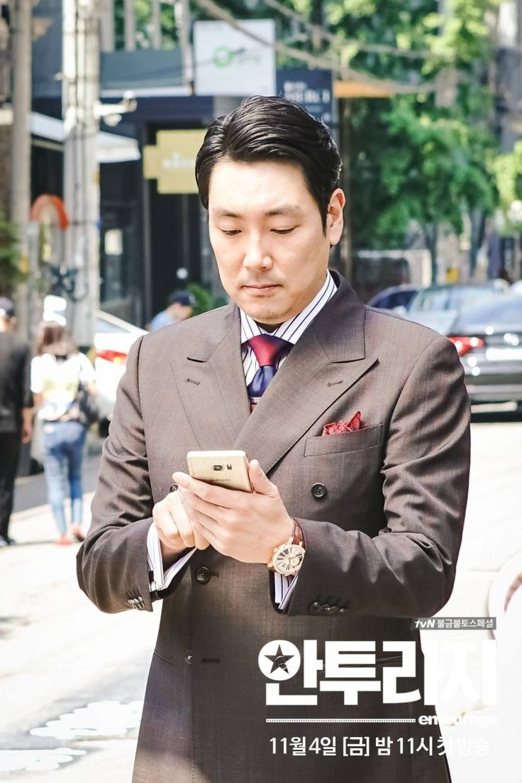 ASKKPOP,DRAMASTYLE Entourage (Korean Drama) - EP 04  (안투라지)is a November 4, 2016 -- TV series directed by Jang Young-Woo South Korea.PlotYoung-Bin ( Seo Kang-Joon  ) is a rising star actor in South Korea. He has been best friends with Ho-Jin ( Park Jung-Min  ), Joon ( Lee Kwang-Soo  ) and Geobook ( Lee Dong-Hwi  ) since they were all children. Young-Bin belongs to a management company with Kim Eun-Gab ( Cho Jin-Woong  ) as the CEO. ..