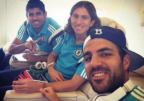 Hiszpan zrobił sobie selfie z rodzicami • Cesc Fabregas z matką i ojcem podczas podróży • Wejdź i zobacz zdjęcie z Fabregasem >> #Chelsea #football #soccer #sports #pilkanozna