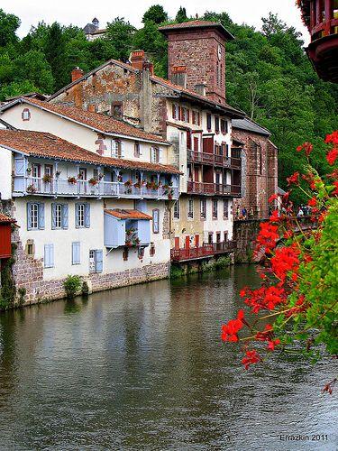 La localidad francesa de Saint Jean Pied de Port se ha convertido en uno de los puntos de partida preferidos para iniciar la peregrinación por el #CaminoFrances. Cuenta además con un paisaje atlántico excepcional y el atractivo de traspasar a pie la frontera entre Francia y España.