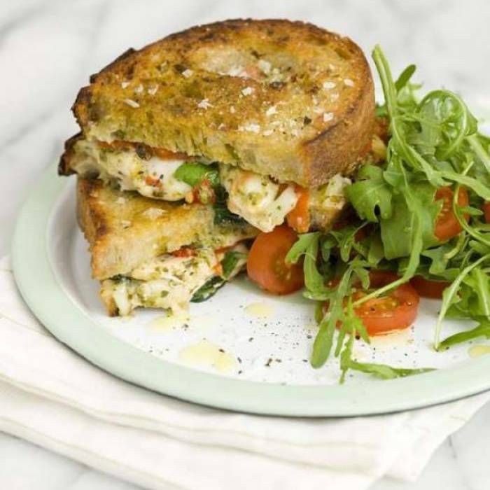 Italiensk varm macka med kyckling och pesto - Mitt Kök