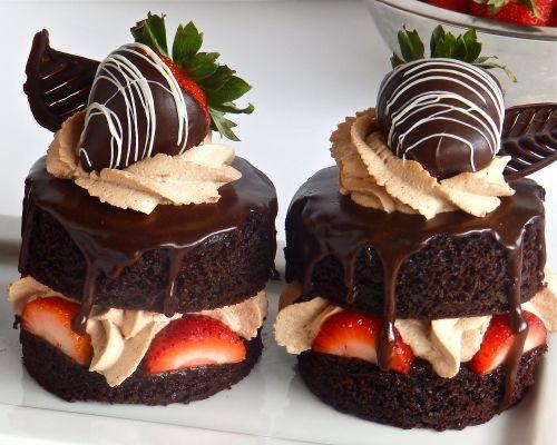Devil's Food Cake Strawberry Shortcakes Link ricetta --> http://www.bakingwithdan.com/dans-devils-food-cake/