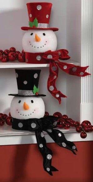 Pupazzi di neve...con teste di carta pesta...cappelli di feltro edue lattine di tonno alla base.