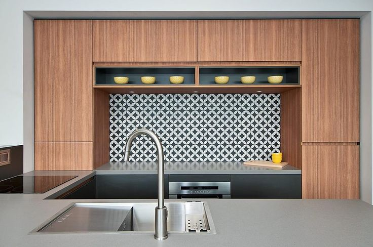 Navurban™ Byron Blackbutt | This beautiful decor, combined with the metallic grey horizontal surfaces, offers rich and vibrant tones to create an attractive kitchen space.