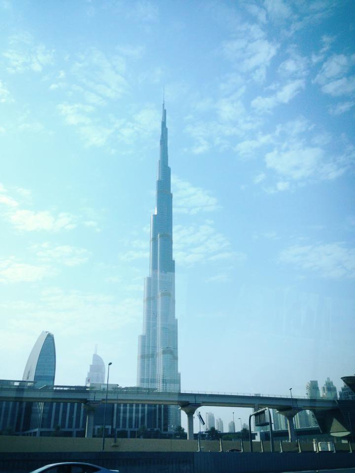 Burj Khalifa - salah satu gedung tertinggi di dunia, dengan tinggi 828 meter, 163 lantai.