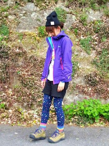 ビビッドなパープルやポップなレギンスが印象的な山コーデ。普段なかなか着れない色柄にあえて挑戦してみませんか?ハイキングがもっともっと楽しくなりそう♪