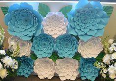 Telón de fondo de flores de papel: En azul y blanco grande