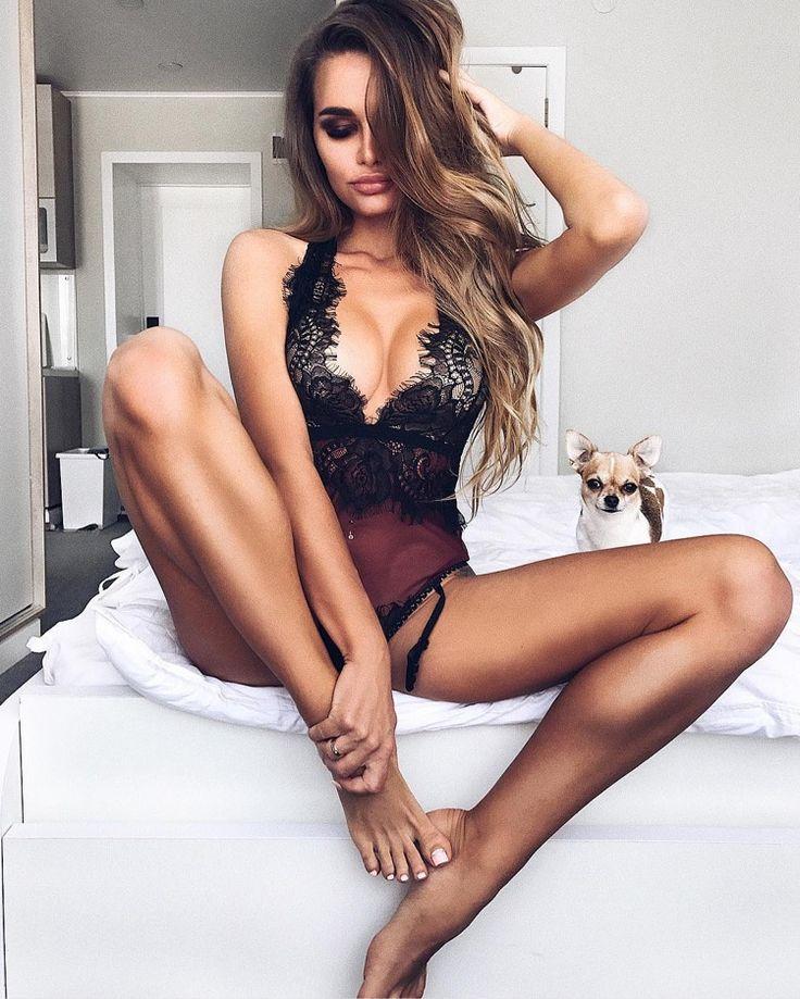 Une coquine aux longs cheveux noirs et aux gros seins joue avec sa chatte rose & joliment rasée sur son lit. Elle tremble et gicle d'extase rien que pour vos yeux.
