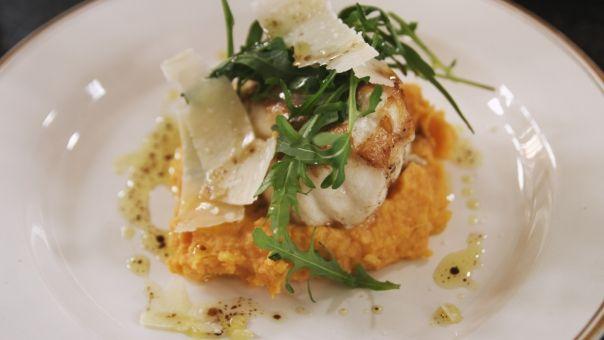 Eén - Dagelijkse kost - zeeduivel met rode pestopuree, rucola en Parmezaanse kaas