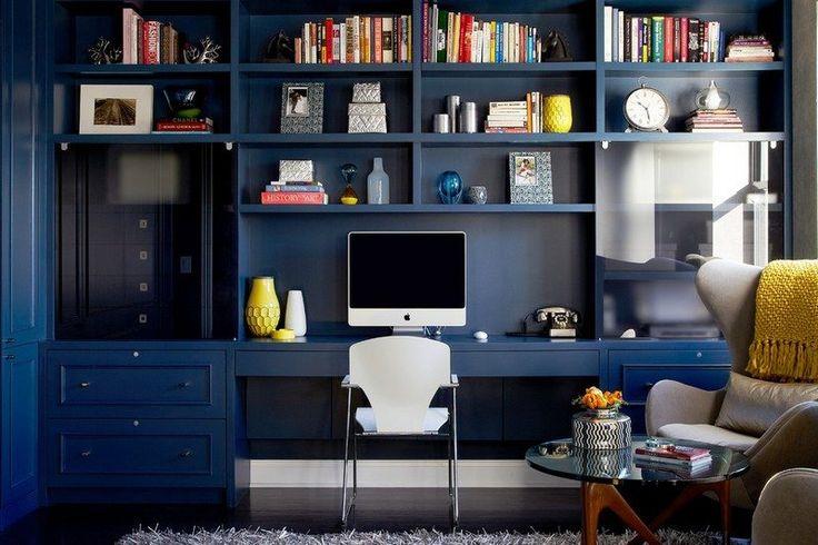 bureau et étagères de rangement peints bleu marine et chaise blanche
