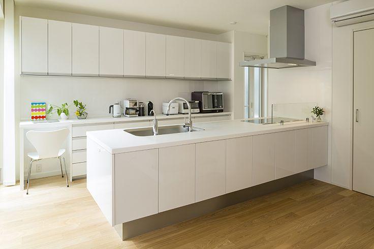 壁面収納の充実により、キッチンがすっきり。レシピ検索できるPCコーナーも