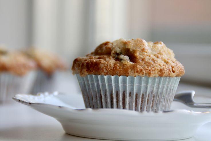 Lækre bløde blåbærmuffins med hvid chokolade og en knasende topping. Super nemme og hurtige at lave.
