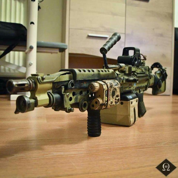 M249 SAW (M249 Squad Automatic Weapon) Ametralladora Ligera, 5,56 mm. Fabricada por FNH USA, (versión estadounidense de la ametralladora ligera belga FN Minimi)