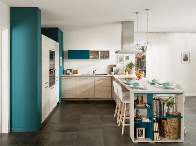 Cuisine bleue canard : Si vous craquez pour un bleu canard dans votre cuisine, imitez cette astuce en peignant de la même couleur certains détails. Ici, l'intérieur des étagères. Photo : Schmidt