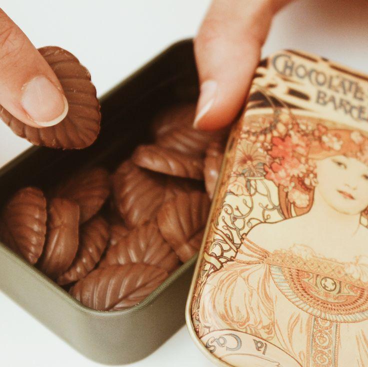 Una original cajita con una chica rubia en la tapa, llena con hojas de chocolate que son arte para los sentidos. Desde su envoltorio, diseñado por Alphonse Mucha en 1900, hasta su contenido 70% cacao puro y chocolate con leche, hecho por los maestros chocolateros de Amatller.   #amatler #chocolate  Foto de @beatriztormenta