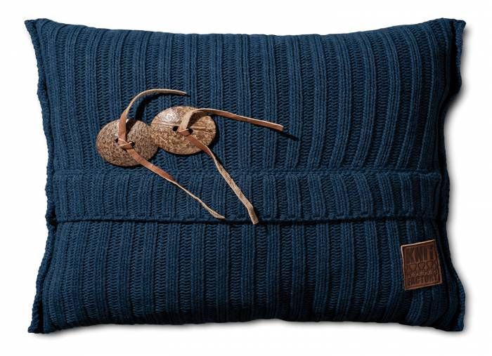 Aran Kussen 60x40 Jeans  Description: Je hebt nooit genoeg kussens in huis! Dit Kussen Aran van Knit Factory is een uitstekende toevoeging aan je moderne interieur. Deze combinatie van breiwerk en 100 % hoogwaardig katoen voelt heerlijk zacht aan. Dit kussen met een afmeting van 60 bij 40 cm is uitgevoerd in een neutrale kleur en is hierdoor gemakkelijk te combineren met andere sierkussens of een leuke plaid. Leg het op de bank een loungestoel of op het bed en creëer een knusse sfeer. De…