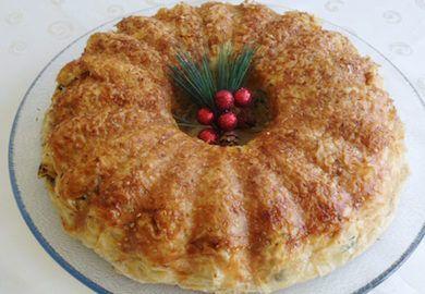 Kek Kalıbında Börek Tarifi, bilindik börek lezzetini korurken, görünüme farklı bir açı getiren, kat kat, değişik bir tarif. Pratik tarifin malzemeleri;