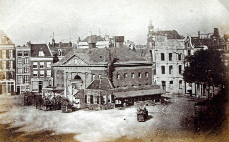 Een foto uit 1870 de Boterwaag nog op de Botermarkt, het gebouw stond op het Rembrandtpein bij de ingang van de Reguliersbreestraat, op de achtergrond ziet men de Munttoren.