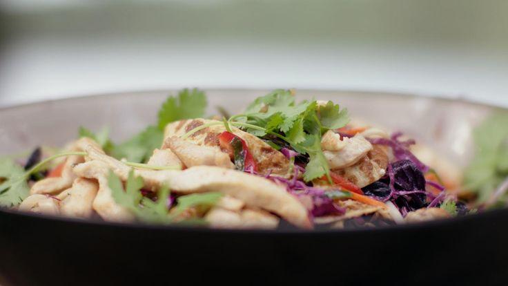 Voor deze salade gebruik je heel veel groenten, glasnoedels, fijne reepjes omelet en stukjes kip. Met de pittige saus is het echt een fantastische maaltijd.