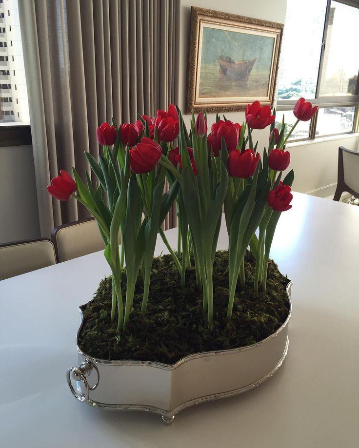Centro de mesa em prata com arranjo de tulipas vermelhas  by Gizela Vilas Boas. #interiordesign #interiores #instadecor #homedecor #tulipas #flowers #arqdecor #decoredecor #decoracao #arquiteturadecoracao