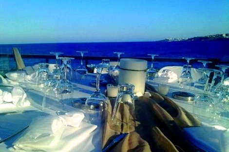 Αν αναζητάτε ένα προσεγμένο και καλαίσθητο περιβάλλον για να χαλαρώσετε και να διασκεδάσετε, εξορμώντας σε απόσταση αναπνοής  από την Αθήνα, το Cavo Seaside bar & restaurant αποτελεί την ιδανική επιλογή για διασκέδαση από νωρίς το πρωί με δροσερούς χυμούς και καφέδες, μέχρι αργά το βράδυ!    Eπάνω στο κύμα και μέσα στο πράσινο, το Cavo Seaside bar & restaurant θα σας εκπλήξει με την μαγευτική του θέα στη θάλασσα, αλλά και με το πρωτότυπο μενού του.