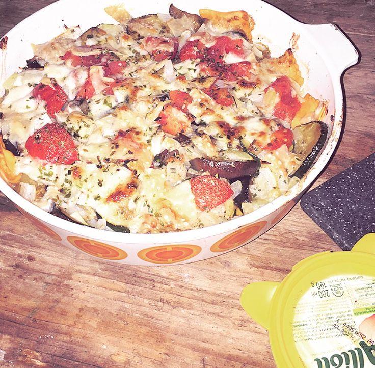 In de pan, in olijfolie gebakken courgette en aubergine, met een bouillonblokje en veel knoflook. Samenvoegen met de gekookte ravioli in een overschaal. Daarop de tomaatjes, ui, mozzarella, parmezaan en basilicum. Nog een klein beetje peper en lekker laten pruttelen in de oven.