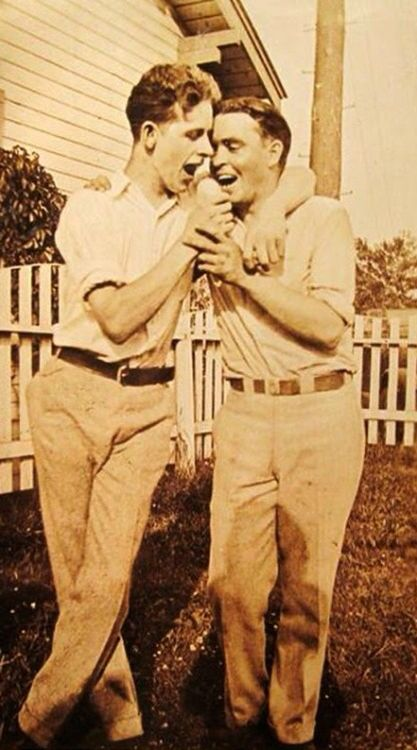 vintage-gay-kissing
