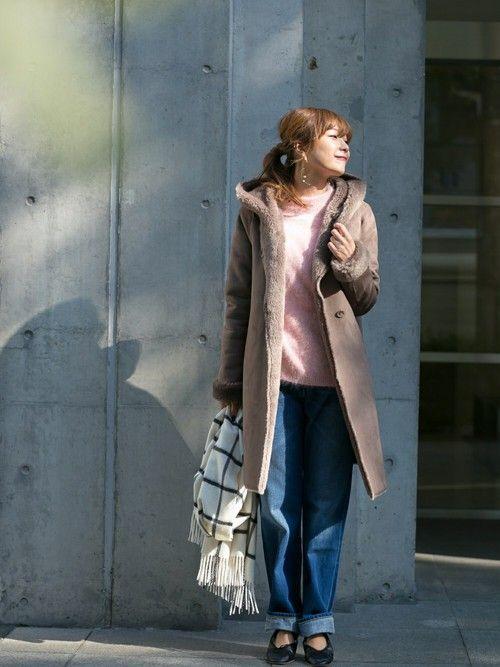 ピンクのアンゴラニットにムートンコートで暖かコーデ。足元にはモード感のあるバレエシューズを。