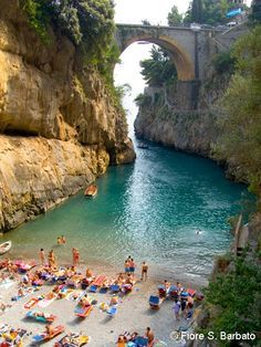 """Tal vez el pueblo más escondido de Italia (Furore)  A menudo se lo conocía como """"el pueblo que no existe"""", y es que situado entre un fiordo entre colinas abruptas, muchas veces los viajeros pasaban por la carretera en altura sin descender a él. Furore no tiene una plaza central, o calles que conducen a ella. Las casas están colgadas en la roca y dan a una playa escondida, también entre las más bonitas de Italia en la costa de Amalfi."""