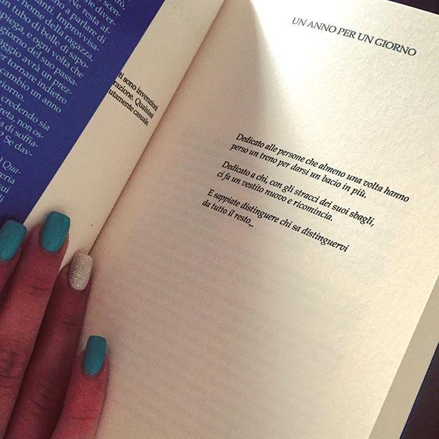 Dedicato a chi con gli stracci dei suoi sbagli, ci fa un vestito nuovo e ricomincia.  #attesafinita #massimobisotti #unannoperungiorno #instafollow #instalike #book #libro #instagood
