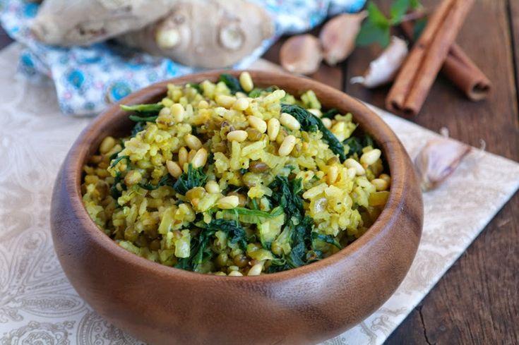 Кхичри, кхичди, кичари, – вегетарианская пряная каша из смеси риса и бобовых, обычно маша, часто с овощами. Одно из главных блюд ведичес...