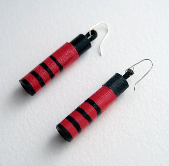 Orecchini di cartoncino rosso e nero decorati con righe di Egeo, €18.00