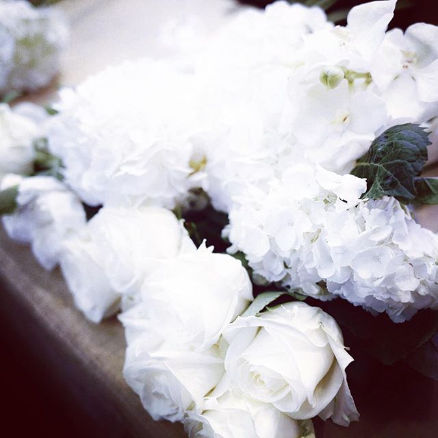 Ce soir c'était la Flower class de @jeffleatham au @fsparis  avec @lauralovesclothes @iamlazykat @journeyintolavillelumiere et @fannyb  nous avons chacune composé un joli bouquet blanc #reinesdusecateur #duperrierpourlesorchidees
