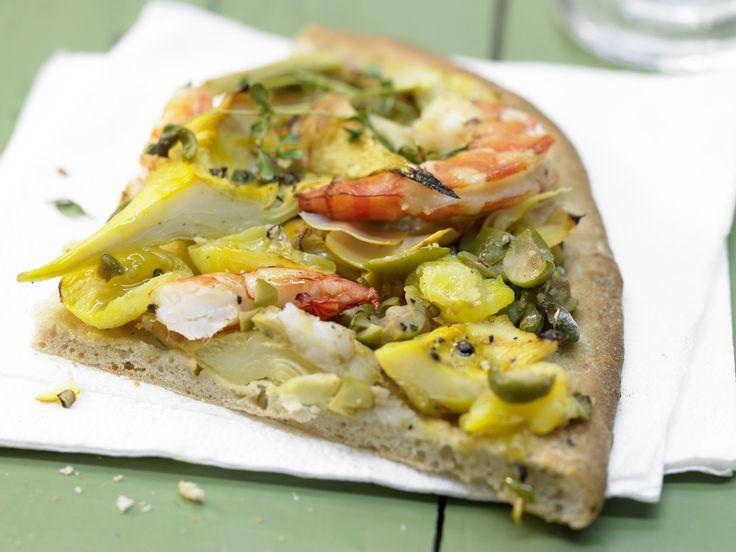 Garnelen-Pizza mit Artischockenherzen und gelben Tomaten   Kalorien: 693 Kcal - Zeit: 30 Min.   http://eatsmarter.de/rezepte/garnelen-pizza-artischockenherzen