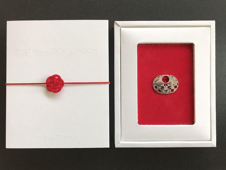【 METAL LACE JAPON 】のパッケージ、最終サンプルが届きました。 日の丸を連想する白と赤。  ブランドロゴはさり気なくエンボス加工。  #帯留め #パッケージ