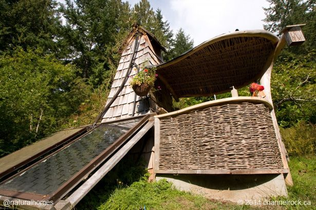 Esta es una ducha solar pasiva en Channel Rock, una eco-aldea y centro de conservación y permacultura en isla Cortés en Canadá. Descubre como funciona en www.naturalhomes.org/es/homes/offgrid-shower.htm