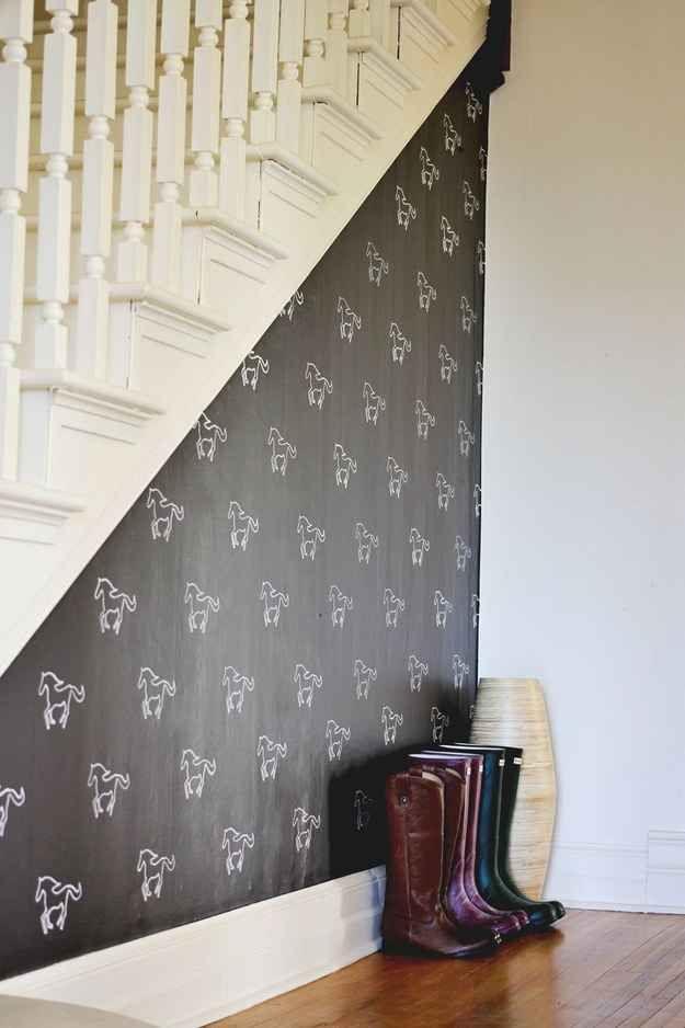Embellece una pared contrastante oscura con formas estarcidas.
