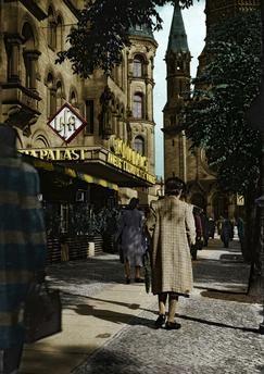 Berlin-Charlottenburg, Gloria-Palast, Kurfürstendamm 10 (UFA-Filmtheater, 1925 eröffnet).  Blick auf den Eingang. Im Hintergrund die Gedächtniskirche.  Foto, 1941; digital koloriert.