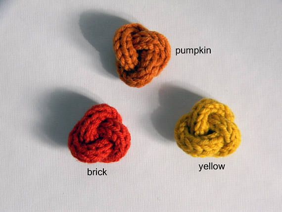 Men lapel pin. Knot lapel button. Wool stick pin. Yellow boutonniere. Orange lapel pin. Brick red buttonhole. Mens lapel pin knot shaped. Made from merino wool. Suitable also for her. If you are not a fan of lapel flower this is the right boutonniere for you. Entirely handmade, its perfect also as a scarf brooch and for a bag. YARN: 100% pure merino wool. SIZE knot: cm 3 - 1 1/8 STYLE: Leonardo COLORS: Choose your favorite color: yellow, pumpkin or brick.