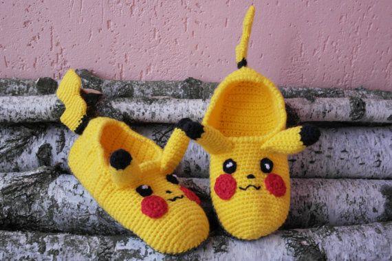Pikachu pokemon, pokemon eléctrico tejido a mano, caliente, duradero y sorprendentemente acogedor zapatillas.  Creamos imágenes vibrantes que impresionar a todos y darle otra forma de mostrar a tus amigos que eres. Regalo pequeño perfecto para tus seres queridos! Disfruta de estos clásicos calcetines! Conseguirlos todos! Entregamos nuestras zapatillas con 50% lana para último ya y todavía ser muy caliente de punto. Es conveniente para todas las tallas adulto. (cualquier tamaño hecho por…