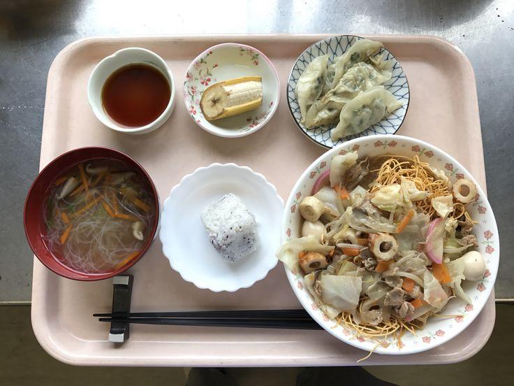 6月19日。皿うどん、ゆかりおにぎり、焼き餃子、はるさめのスープ、バナナでした!皿うどんが特に美味しかったです!612カロリーです