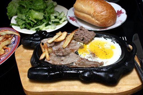 Thay vì đến nhà hàng tại sao bạn không ở nhà và trổ tài nấu nướng nhỉ! Chúng ta cùng làm món bò bít tết cực ngon và dễ chế biến này nhé! http://daynauan.net/cach-lam-bo-bit-tet-cuc-ngon-va-de/