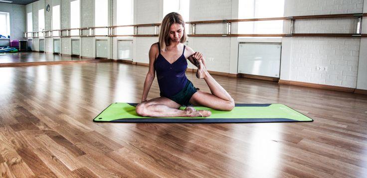 Если вы стремитесь к тому, чтобы сделать мышцы одновременно сильными и эластичными, почаще пускайте в ход язык тела — танцевальные тренировки. Основательница школы Balletomania Лилия Сковородникова рекомендует упражнения, повторяющие самые эффектные танцевальные движения.