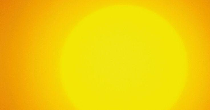 Como a energia solar é produzida. Produzir energia solar é simplesmente usar a luz do sol que atinge a face terrestre. Agora, mais do que nunca, isso se tornou uma importante alternativa para geração de energia. Ela pode ser usado em duas diferentes maneiras — como uma fonte de aquecimento e como fonte de energia. Ela pode ser usada para gerar calor, iluminação e eletricidade. ...