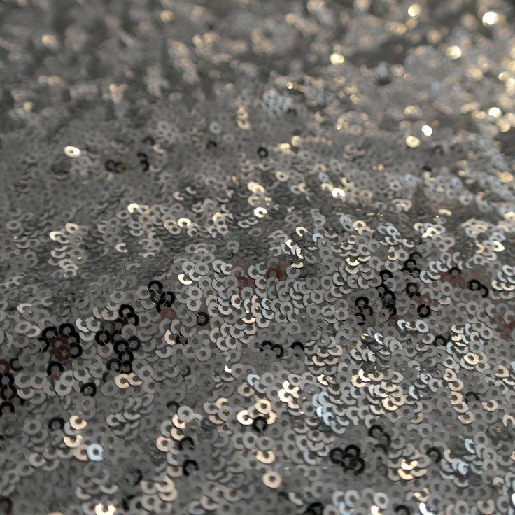 Paiete rotunde argintii de 3 mm pe tul alb KX1803W.  Latime (cm) 140 / 142; Diametru Paieta 3 mm;  Compozitie tul (%) Poliester 100%;