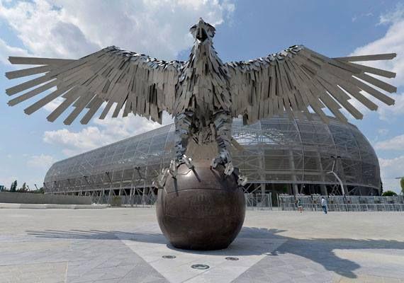 Impozáns látvány fogadja, aki a stadionhoz érkezik. Szőke Gábor Miklós Fradi Sas nevet viselő szobra Európa legnagyobb madárábrázolása. Budapest. Hungary