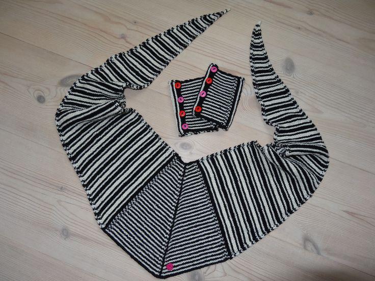 """Her er både tørklæde og pulsvarmere, så man kan se """"srtørrelsesforholdet"""" Sharf and Wristers: """"Black and White"""". See more on the blog: http://blog.designstrik.dk"""