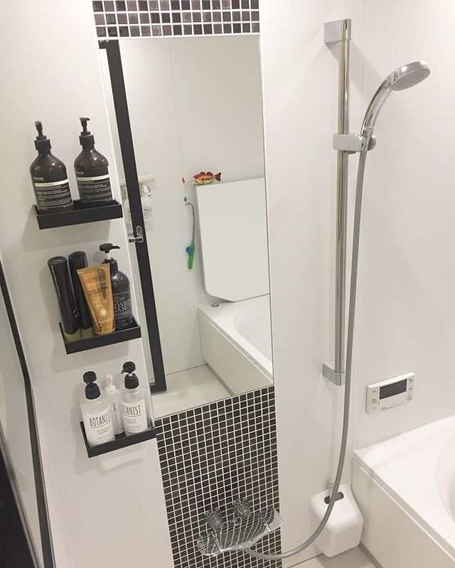 リクエストがあったので お風呂の写真です✨ こちら#リクシル の #アライズ です。 ・ 前にも書きましたが お風呂の棚の下を洗うのめんどくさいから 棚ナシを探したら、これくらいしか気にいるのが ありませんでしたっ ・ 何人かの方からメッセージ頂きましたが 去年までは標準だった#グローエ のシャワー水栓 今は標準じゃないんですね? 確かうちは標準だったはずなんだけどなぁ… 勘違いしてたらすみません ・ あ、娘のお風呂オモチャは 写真に写っている魚釣りのだけです ・ 1番下のシャンプーリンスの下に 100キンで買ったマグネットで付ける小物入れが 付いてるのわかりますか? 底にドリルで水抜き穴を開けて中に カミソリとかが隠れてます ・ ・ #マイホーム#家#平屋#注文住宅#工務店 #myhome#house#お風呂#GROHE#水栓#シャワー#リクシル#アライズ#ユニットバス#イソップ#aesop#botanist