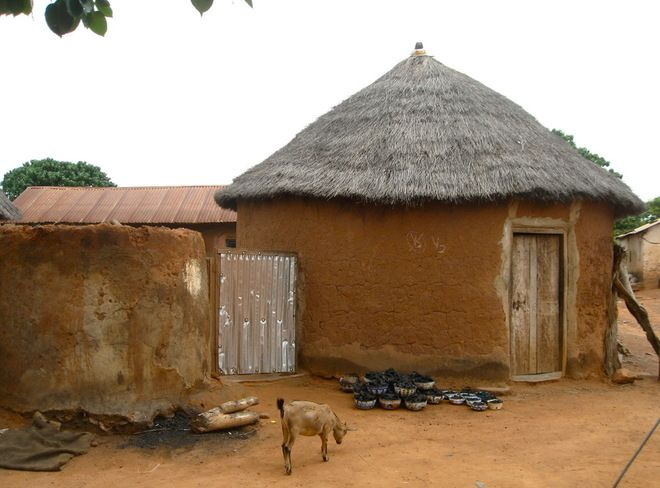 Climate: Tropical savanna.  Passive cooling technique: Mud hut compounds with thatched roofs help buffer extreme temperatures. The thermal mass of the stone and adobe mud walls keeps the interiors cool on hot days, while the conical shape of the roof slope allows torrential rains to drain off quickly.
